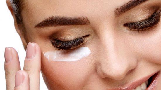 مواد لازم در کرم دور چشم برای از بین بردن سیاهی زیر چشم